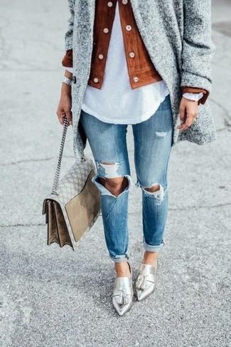 Cómo combinar: abrigo gris, chaqueta motera de ante en tabaco, camiseta henley blanca, vaqueros desgastados azules