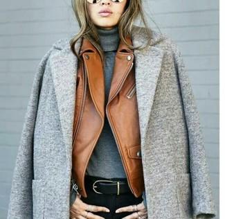 Cómo combinar: abrigo gris, chaqueta motera de cuero en tabaco, jersey de cuello alto gris, vaqueros pitillo negros