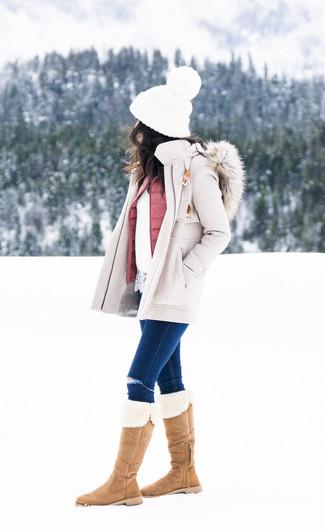Cómo combinar: abrigo en beige, chaqueta sin mangas acolchada rosada, jersey con cuello circular de encaje blanco, vaqueros pitillo desgastados azul marino