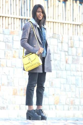Cómo combinar un bolso bandolera de cuero amarillo: Un abrigo gris y un bolso bandolera de cuero amarillo son una gran fórmula de vestimenta para tener en tu clóset. ¿Te sientes valiente? Elige un par de botines con cordones de cuero gruesos negros.