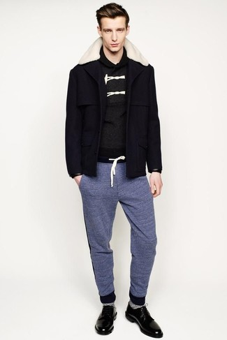 Cómo combinar: abrigo con cuello de piel azul marino, jersey con cuello chal en gris oscuro, pantalón de chándal azul, zapatos derby de cuero negros