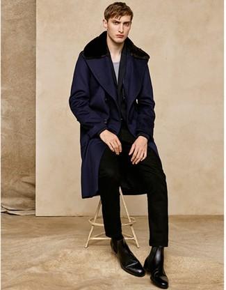 Cómo combinar: abrigo con cuello de piel azul marino, traje negro, jersey con cuello circular gris, botines chelsea de cuero negros