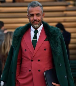 Cómo combinar: abrigo con cuello de piel verde oscuro, blazer cruzado rojo, camisa de vestir blanca, corbata estampada verde oscuro