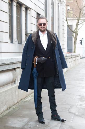 Cómo combinar: abrigo con cuello de piel azul marino, blazer cruzado de terciopelo negro, camisa de vestir blanca, pantalón de vestir negro
