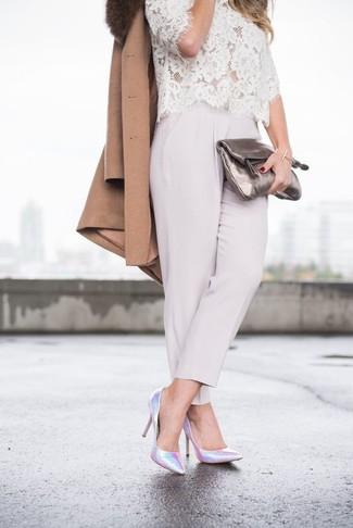 Cómo combinar: abrigo con cuello de piel marrón, blusa de manga corta de encaje blanca, pantalón de pinzas gris, zapatos de tacón de cuero plateados