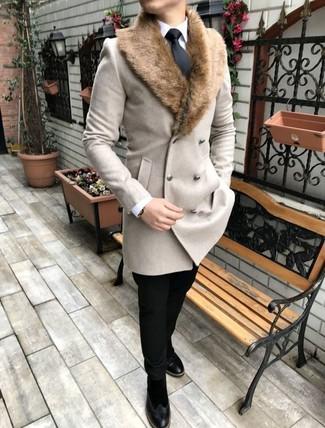 Cómo combinar: abrigo con cuello de piel en beige, camisa de vestir blanca, pantalón chino negro, botines chelsea de ante negros