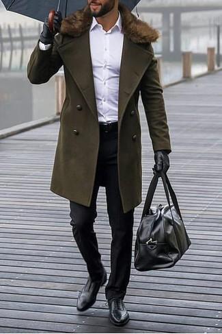 Cómo combinar: abrigo con cuello de piel verde oliva, camisa de vestir blanca, pantalón de vestir negro, zapatos oxford de cuero negros