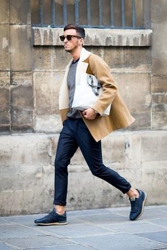 Cómo combinar un pantalón chino azul marino: Casa un abrigo con cuello de piel marrón claro junto a un pantalón chino azul marino para las 8 horas. Si no quieres vestir totalmente formal, haz tenis de cuero azul marino tu calzado.
