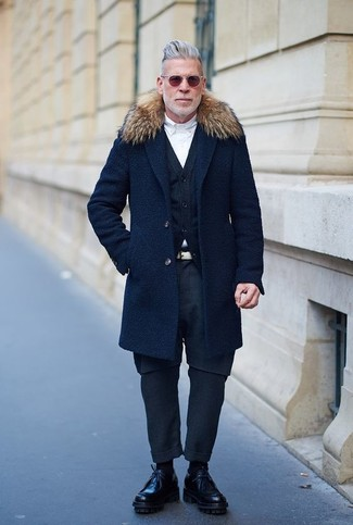 Look de Nick Wooster: Abrigo con Cuello de Piel Azul Marino, Cárdigan Azul Marino, Camisa de Vestir Blanca, Pantalón Chino Azul Marino