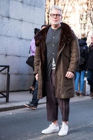 Cómo combinar un cárdigan en gris oscuro: Empareja un cárdigan en gris oscuro con un pantalón chino en marrón oscuro para conseguir una apariencia relajada pero elegante. Para darle un toque relax a tu outfit utiliza tenis blancos.