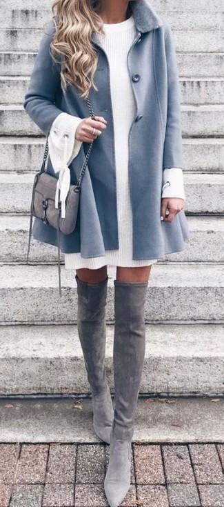 Cómo combinar: abrigo con cuello de piel celeste, vestido jersey de punto blanco, botas sobre la rodilla de ante grises, bolso bandolera de ante gris