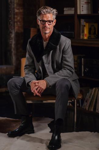 Cómo combinar: abrigo con cuello de piel gris, jersey con cuello circular gris, pantalón de vestir en gris oscuro, botines chelsea de cuero negros