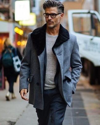 Destaca entre otros civiles elegantes con un jersey con cuello circular gris de Anvil y un abrigo con cuello de piel gris.