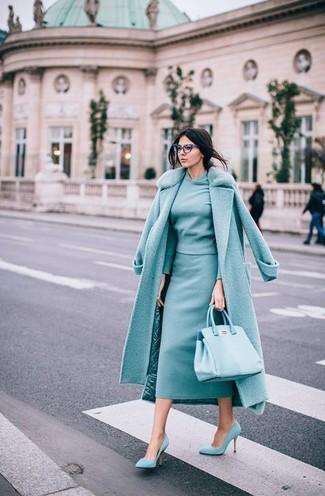 Cómo combinar: abrigo con cuello de piel en verde menta, jersey con cuello circular en verde menta, falda midi en verde menta, zapatos de tacón de ante en verde menta