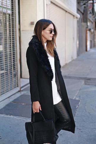 Cómo combinar: abrigo con cuello de piel negro, jersey con cuello circular blanco, pantalones pitillo de cuero negros, bolso de hombre de cuero negro