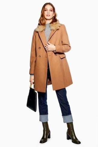 Cómo combinar: abrigo con cuello de piel marrón claro, jersey con cuello circular gris, vaqueros azul marino, botines chelsea de cuero en marrón oscuro