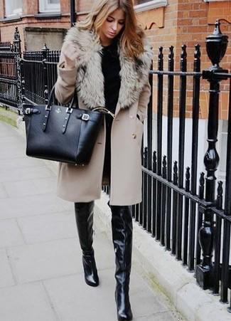 Cómo combinar: abrigo con cuello de piel en beige, jersey con cuello circular negro, vaqueros pitillo negros, botas sobre la rodilla de cuero negras