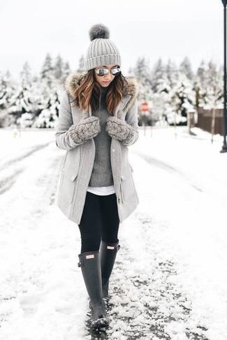 Cómo combinar un abrigo con cuello de piel gris: Casa un abrigo con cuello de piel gris con unos leggings negros para crear una apariencia elegante y glamurosa. Botas de lluvia negras añadirán interés a un estilo clásico.