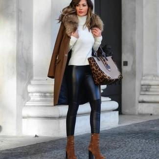 Cómo combinar: abrigo con cuello de piel marrón, jersey de cuello alto blanco, leggings de cuero negros, botines de ante en tabaco