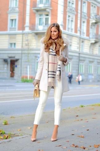 Cómo combinar un bolso bandolera de cuero amarillo: Emparejar un abrigo con cuello de piel blanco junto a un bolso bandolera de cuero amarillo es una opción excelente para el fin de semana. Completa el look con zapatos de tacón de cuero en beige.