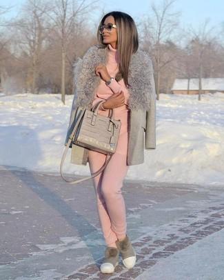 Cómo combinar un jersey de cuello alto rosado: Para crear una apariencia para un almuerzo con amigos en el fin de semana empareja un jersey de cuello alto rosado con un pantalón de chándal rosado. ¿Quieres elegir un zapato informal? Elige un par de botas ugg grises para el día.