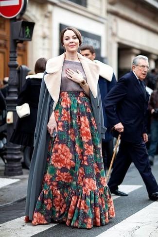 Cómo combinar: abrigo con cuello de piel gris, jersey de manga corta gris, falda larga con print de flores en multicolor, pulsera dorada