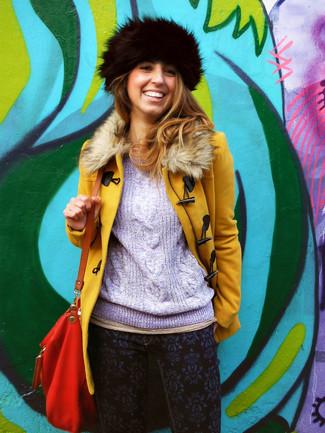 Cómo combinar: abrigo con cuello de piel mostaza, jersey de ochos violeta claro, vaqueros pitillo estampados azul marino, bolso bandolera de cuero rojo