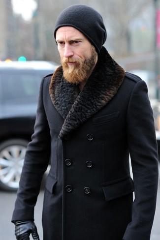 Cómo combinar: abrigo con cuello de piel negro, gorro negro, guantes de cuero negros