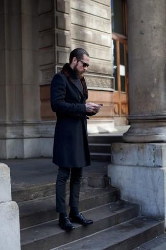 Cómo combinar: abrigo con cuello de piel azul marino, pantalón de vestir en gris oscuro, zapatos derby de cuero negros, gafas de sol negras