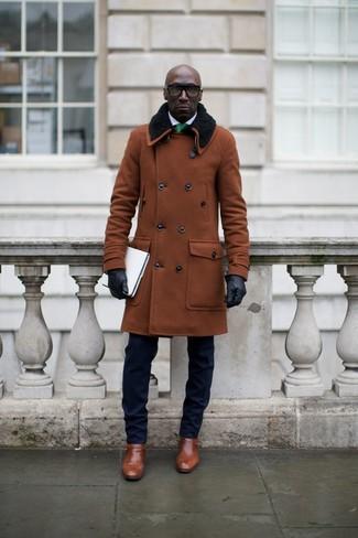 Accede a un refinado y elegante estilo con un abrigo con cuello de piel marrón y un traje azul marino. Zapatos con hebilla de cuero marrónes añadirán interés a un estilo clásico.