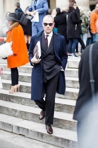 Cómo combinar una corbata estampada burdeos: Elige un abrigo con cuello de piel azul marino y una corbata estampada burdeos para una apariencia clásica y elegante. Completa el look con zapatos oxford de cuero en marrón oscuro.