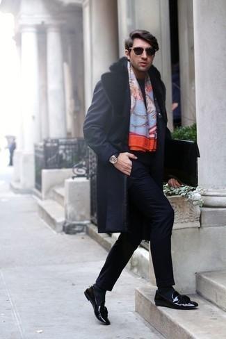 Cómo combinar un mocasín con borlas de cuero negro: Intenta combinar un abrigo con cuello de piel azul marino junto a un traje azul marino para un perfil clásico y refinado. Si no quieres vestir totalmente formal, elige un par de mocasín con borlas de cuero negro.