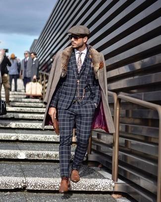 Cómo combinar un mocasín de cuero marrón: Empareja un abrigo con cuello de piel gris junto a un traje de tres piezas de tartán azul marino para un perfil clásico y refinado. Si no quieres vestir totalmente formal, haz mocasín de cuero marrón tu calzado.