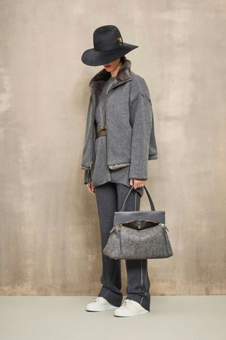 Cómo combinar una bolsa tote de lana en gris oscuro: Ponte un abrigo con cuello de piel gris y una bolsa tote de lana en gris oscuro transmitirán una vibra libre y relajada. Tenis de cuero blancos son una opción excelente para completar este atuendo.