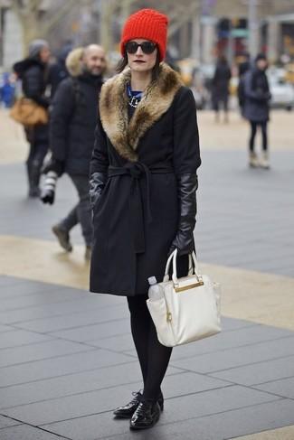 Luce lo mejor que puedas en un abrigo con cuello de piel negro y un gorro rojo. Zapatos oxford de cuero negros son una sencilla forma de complementar tu atuendo.