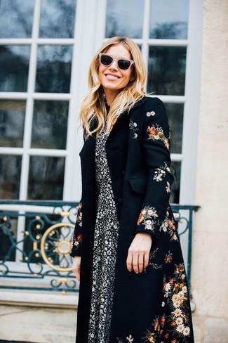 Cómo combinar un abrigo con print de flores negro: Casa un abrigo con print de flores negro junto a un vestido midi con print de flores en negro y blanco para conseguir una apariencia glamurosa y elegante.