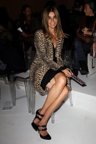 Moda para mujeres de 40 años en clima frío: Equípate un abrigo de leopardo marrón claro junto a un vestido ajustado negro para conseguir una apariencia glamurosa y elegante. Zapatos de tacón de ante negros son una opción inmejorable para completar este atuendo.