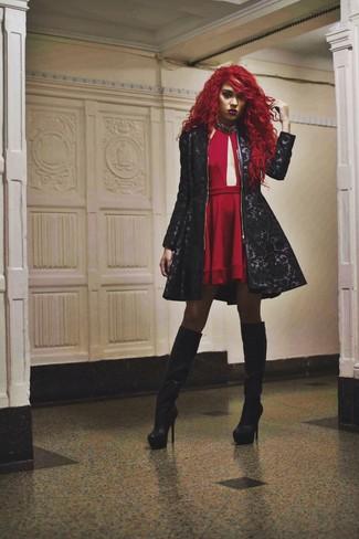 Intenta ponerse una ropa de abrigo de paisley y un vestido skater con recorte rojo para lidiar sin esfuerzo con lo que sea que te traiga el día. Botas de caña alta de cuero negras son una opción buena para completar este atuendo.