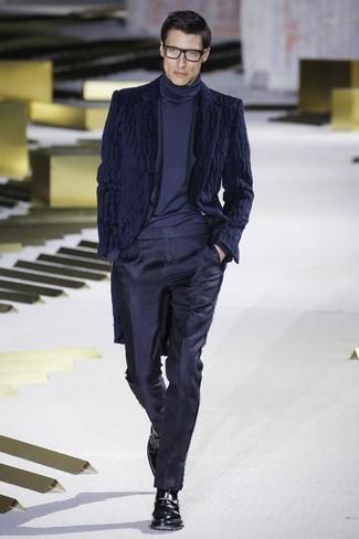 Cómo combinar un traje azul marino en clima frío: Emparejar un traje azul marino con un abrigo de piel azul marino es una opción estupenda para una apariencia clásica y refinada. Zapatos con hebilla de cuero negros son una opción incomparable para complementar tu atuendo.