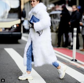 Cómo combinar: abrigo de piel blanco, vaqueros pitillo azules, deportivas blancas, bolso bandolera de cuero azul
