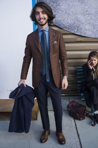 Cómo combinar un blazer a cuadros marrón: Considera ponerse un blazer a cuadros marrón y un pantalón de vestir azul marino para un perfil clásico y refinado. Zapatos brogue de cuero marrónes son una opción inigualable para complementar tu atuendo.