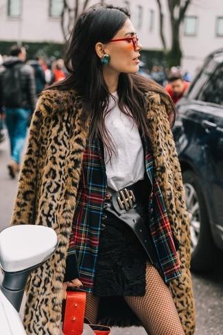 Cómo combinar: abrigo de piel de leopardo marrón claro, blazer de tartán en multicolor, camiseta con cuello circular blanca, minifalda de ante negra