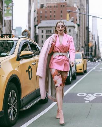 Cómo combinar: abrigo de piel rosado, blazer cruzado rosado, mallas ciclistas con print de flores rosadas, botines de ante rosados