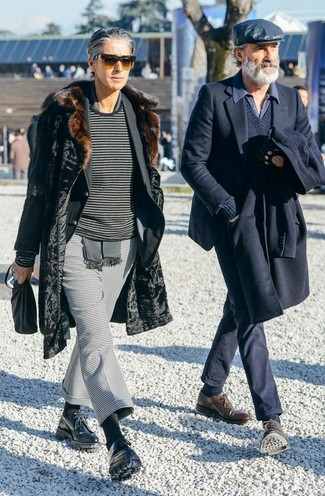 Cómo combinar: abrigo de piel negro, blazer negro, jersey con cuello circular de rayas horizontales en gris oscuro, pantalón de vestir de pata de gallo gris