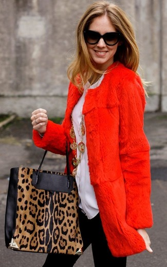 Cómo combinar: abrigo de piel rojo, blusa de botones blanca, leggings negros, bolsa tote de cuero de leopardo en negro y marrón claro