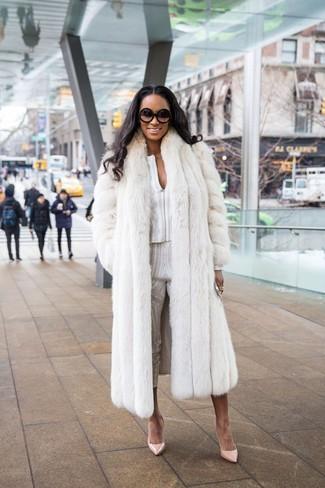 Cómo combinar: abrigo de piel blanco, blusa de manga larga estampada blanca, pantalones pitillo estampados blancos, zapatos de tacón de cuero en beige