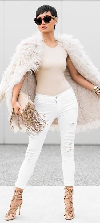 Cómo combinar unas sandalias romanas de ante marrón claro: Elige un abrigo de piel en beige y unos vaqueros pitillo desgastados blancos para crear una apariencia elegante y glamurosa. Si no quieres vestir totalmente formal, complementa tu atuendo con sandalias romanas de ante marrón claro.