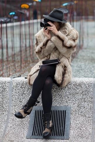 Cómo combinar un abrigo de piel en beige: Ponte un abrigo de piel en beige para rebosar clase y sofisticación. ¿Quieres elegir un zapato informal? Complementa tu atuendo con botas planas con cordones de cuero marrón claro para el día.