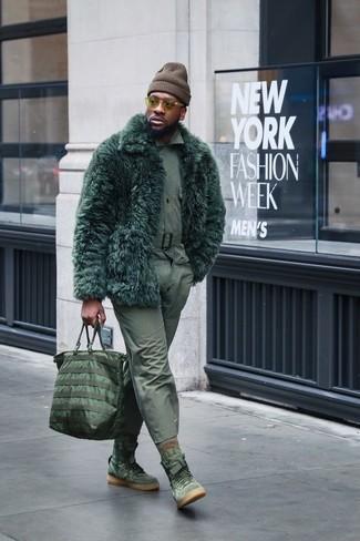 Cómo combinar: abrigo de piel verde oscuro, camisa de manga larga verde oliva, pantalón chino verde oliva, zapatillas altas de ante verde oliva