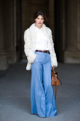Cómo combinar: abrigo de piel blanco, camisa de vestir blanca, pantalón de campana celeste, bolso de hombre de cuero marrón